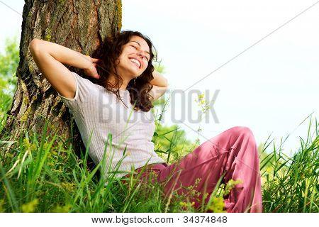 Hermoso joven mujer relajante exterior. Naturaleza