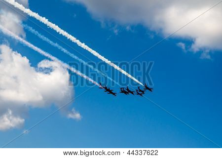 Aerobatic Team flies in formation