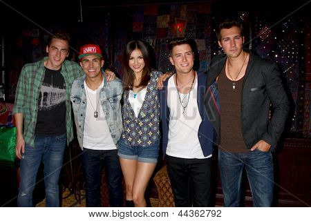LOS ANGELES - APR 1:  Kendall Schmidt, James Maslow, Carlos Pena, Jr. and Logan Henderson of Big Time Rush with Victoria Justice (C) at the House of Blues on April 1, 2013 in West Hollywood, CA