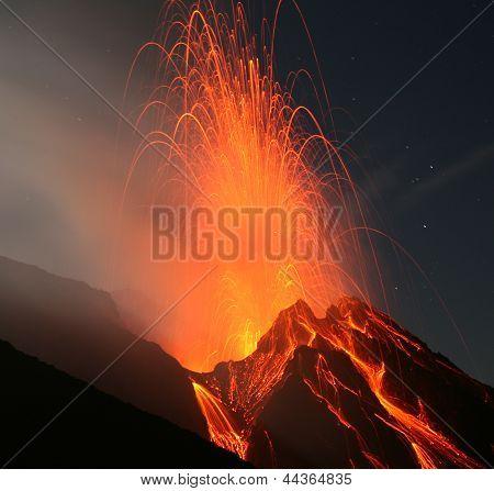 Erupción de volcán Stromboli