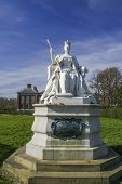 foto of kensington  - Statue of Queen Victoria in front of her Kensington palace - JPG