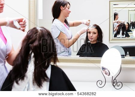 Friseur anwenden Farbe Kundin im Salon, Haare färben zu tun