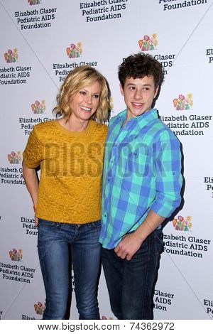 LOS ANGELES - OCT 19:  Julie Bowen, Nolan Gould at the 25th Annual