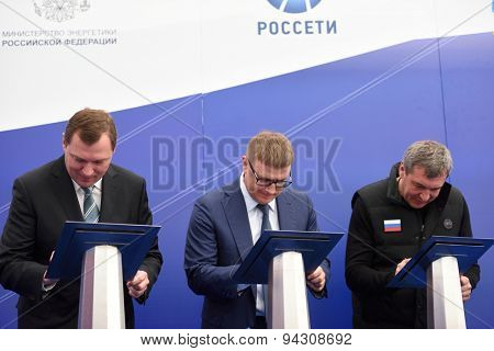 ST. PETERSBURG, RUSSIA - JUNE 20, 2015: Officials sign the contract during the presentation of the project of the Federal Test Center for electrical equipment. The event is the part of SPIEF 2015