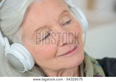 Old lady like to listen to music