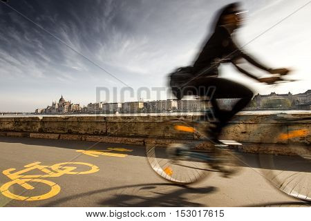 Budapest, capital of Hungary, cycle track to the shore of Bud, in Europe, Budapest is the third capital in the use of bicycle