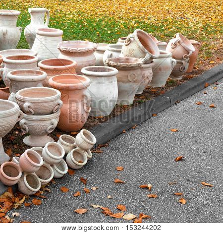 Exhibition and sale of clay pots on the street