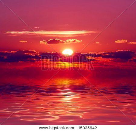 Scharlachrote Sonnenuntergang über Wasser