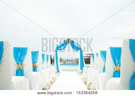wedding decorations at a ceremony in marine style