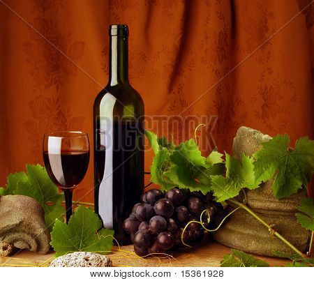 Red wine composition with antique stones