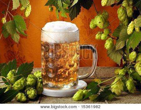 Kaltes Bier mit Hopfen