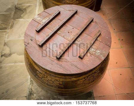 the water jar has to have a wooden lid to protect all the dust and dirty things to go inside the jar