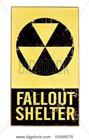 Sinal de abrigo do Fallout nuclear isolado no branco