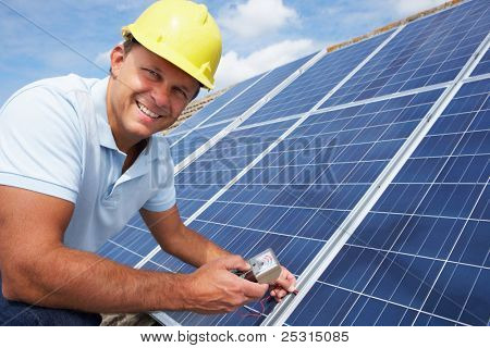 Homem instalar painéis solares