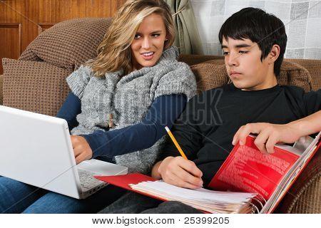 Studenten, die Hausaufgaben zusammen