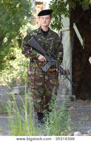 Jovem soldado feminino na guarda