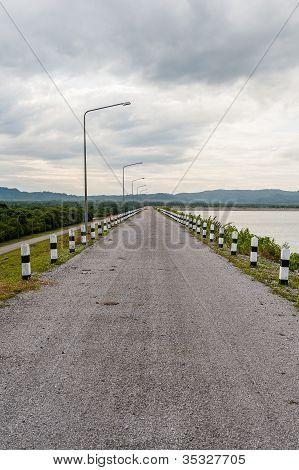 Estrada de montanha sobre a represa com Coud
