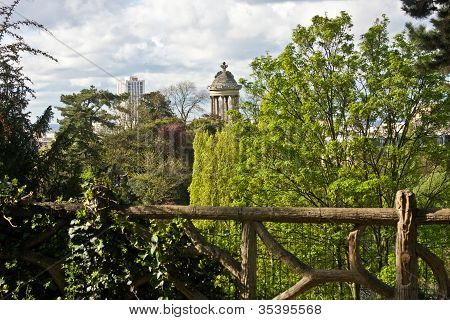 Paris's Parc De Buttes-Chaumont