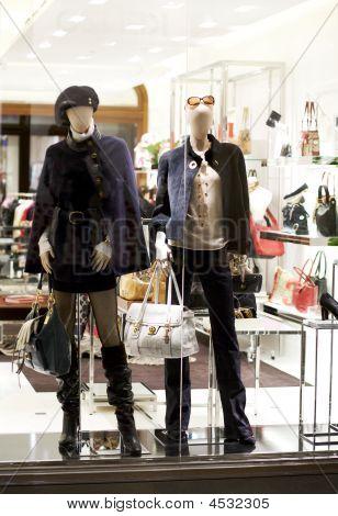 Mannequins In kleding winkel