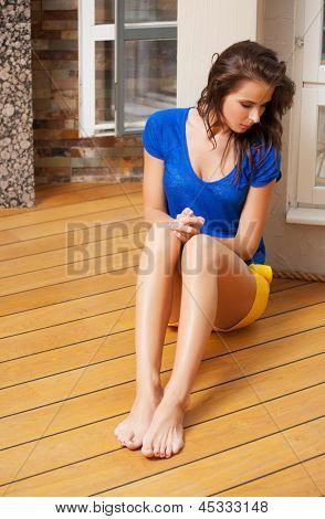 Bild denken Frau sitzen auf dem Boden