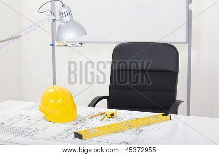 Architekt Büroansicht Projekt Whiteboard, Bauarbeiterhelm und Ausrüstung auf Schreibtisch