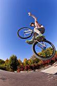 Постер, плакат: Мальчик будет воздухе с его велосипед грязи