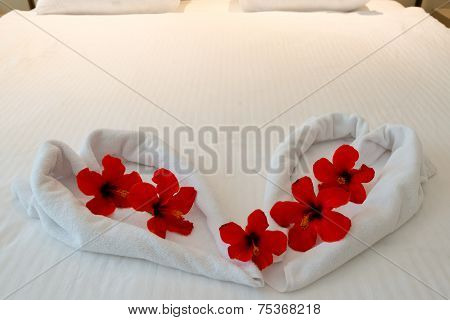 heart made from towels on honeymoon bed