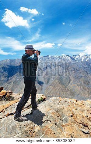 Photographer tourist make photo of scenic india himalayas mountains spiti valley landscape of himachal pradesh