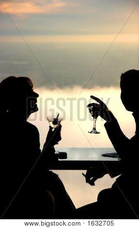 Casal toma uma bebida no céu