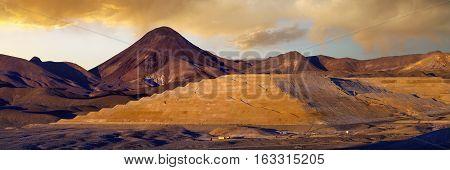 Large modern gold mine in the Nevada desert