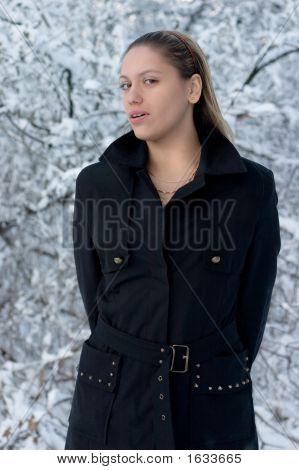 Menina na floresta de Inverno