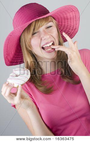 Adolescente comendo donut