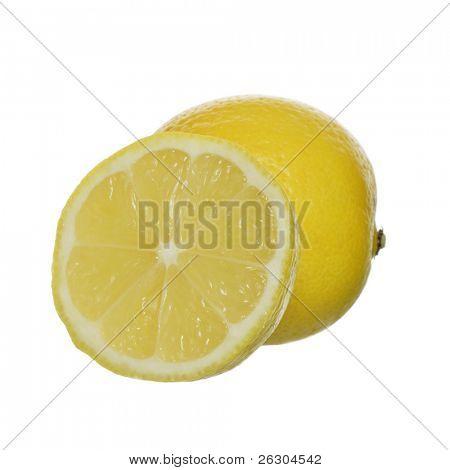limón cortado en la mitad mostrando 8 segmentos