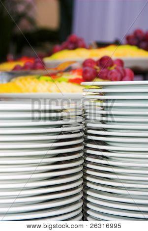 Placas e frutas diferentes por trás