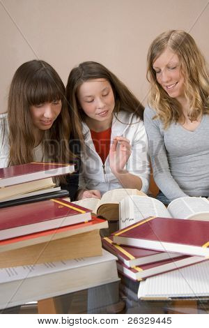 drei Mädchen Blick auf das Wörterbuch.