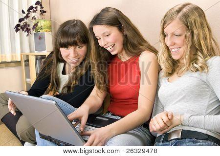 schönen jungen Frauen im Web Surfen und Lächeln