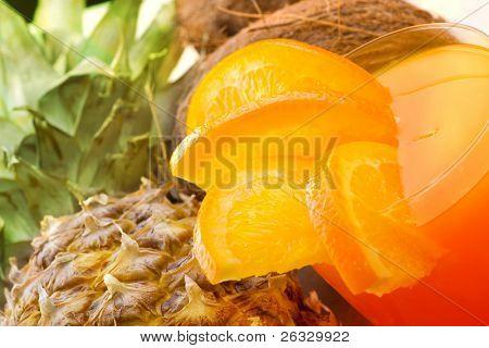 Bebida tropical con naranja, piña, coco (margarita, sangría, etc.).