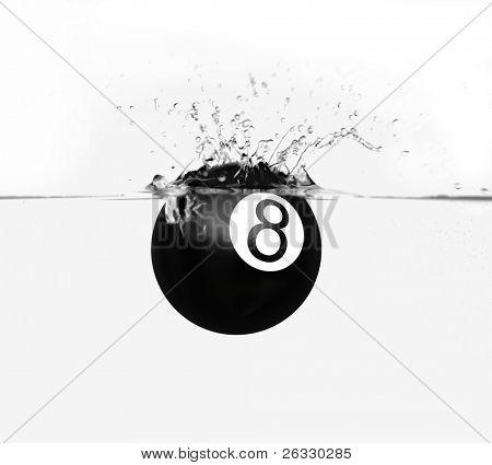 Piscina de la bola ocho con salpicaduras de agua