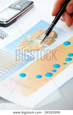Mão mostrando gráfico na empresário financeiro vende ou relatório de popularidade com caneta.