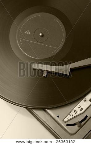 antigo toca-discos com disco de vinil