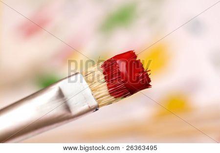 Pinsel mit roter Farbe über abstrakte Hintergrund jedoch unscharf