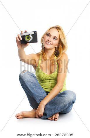 glückliche junge Frau sitzen auf dem Boden, die Aufnahme eines Bildes