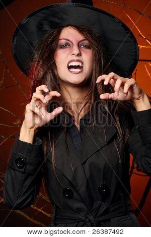 una mujer hermosa con una calabaza en las manos