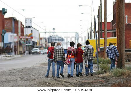 Gruppe von jungen Skater Kinder mit Skateboards Überschrift Heimat, verschwommene Hintergrund mit Exemplar.