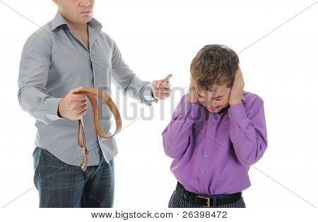 Estricto padre castiga a su hijo
