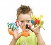 Постер, плакат: милый маленький мальчик играя с палец животных куклы