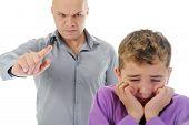 Постер, плакат: Строгий отец наказывает его сын