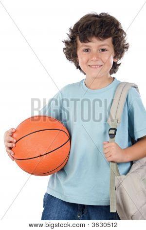 Estudiante muchacho rubio con una pelota de baloncesto