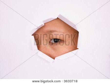 Ojo mirando a través del agujero