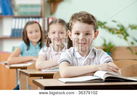 Schüler sind sehr aufmerksam im Unterricht. Sie hören jedes Wort des Lehrers